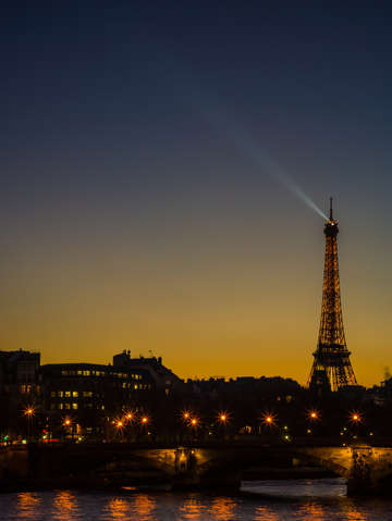 Evening overtakes the eiffel tower